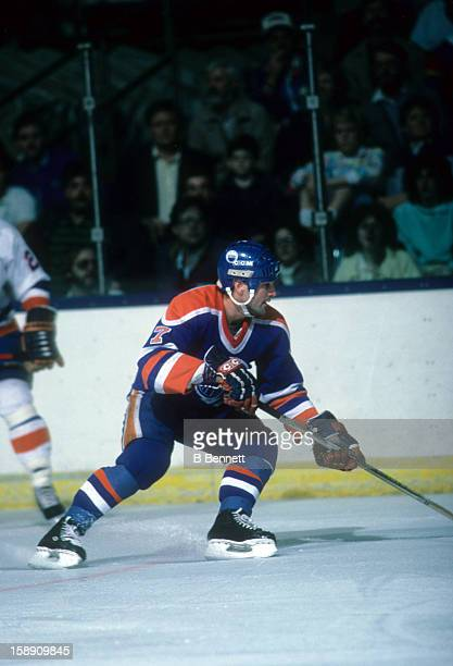 Paul Coffey of the Edmonton Oilers goes for the puck during an NHL game against the New York Islanders on March 29 1986 at the Nassau Coliseum in...
