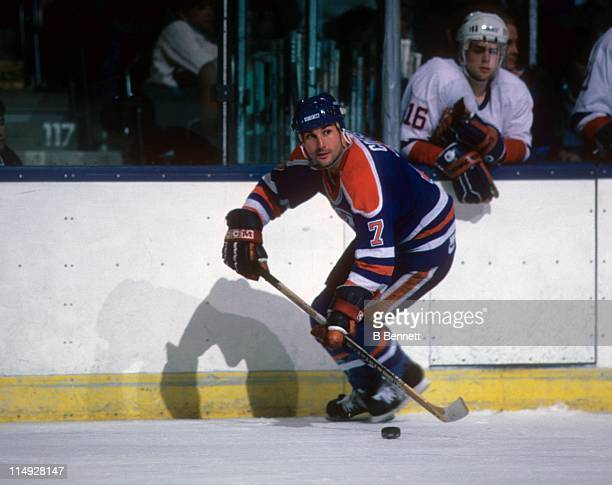 Paul Coffey of the Edmonton Oilers skates with the puck during an NHL game against the New York Islanders circa 1985 at the Nassau Coliseum in...