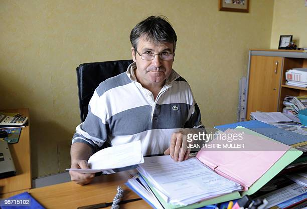 Paul François, céréalier charentais, assis à son bureau, consulte un dossier dans sa ferme, à Bernac, le 20 avril 2010. L'agriculteur, âgé de 46 ans,...