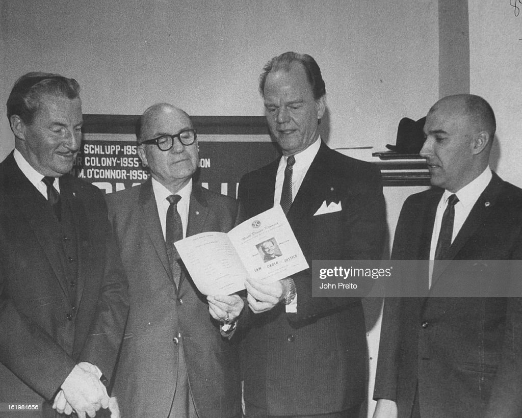 DEC 4 1968, DEC 5 1968; Paul Harvey, Second From Right, Discusses Kiwanis program with Denver Club G : Nachrichtenfoto