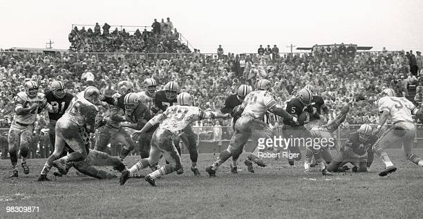 Paul Hornung of the Green Bay Packers carries the ball against Carl Brettschneider Joe Schmidt Yale Lary Roger Brown and Wayne Walker of the Detroit...
