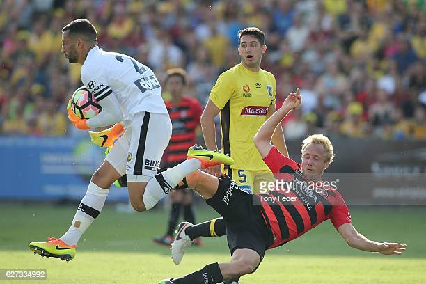 Paul Izzo of the Mariners in action during the round nine ALeague match between Central Coast Mariners and the Western Sydney Wanderers at Central...