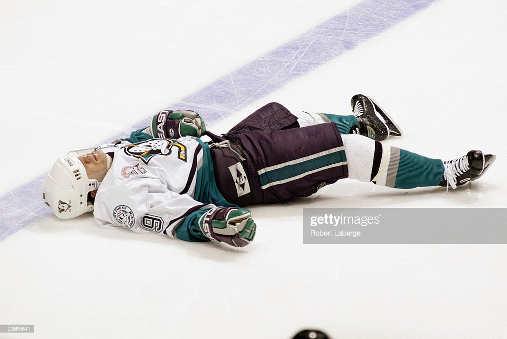Kariya Lays On Ice : News Photo