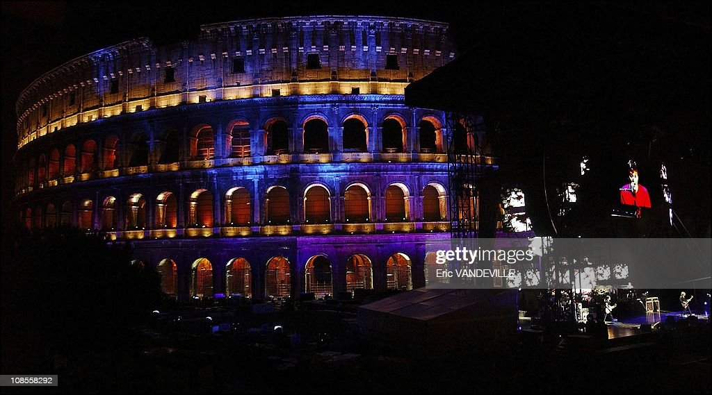 Paul McCartney performed inside Rome's ancient Colosseum for an exclusive charity show before 400 people who paid up to $1500 to listen up-close the ex-Beatle inside ancient gladiatorial stage, bathed in multicolored lights for the occasion in Rome, Italy : Photo d'actualité