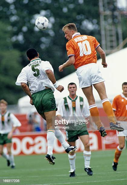 Paul McCrath Dennis Berkamp during the FIFA World Cup 1994 round of 16 match between Netherlands and Ireland om July 4 1994 at the Citrus Bowl...