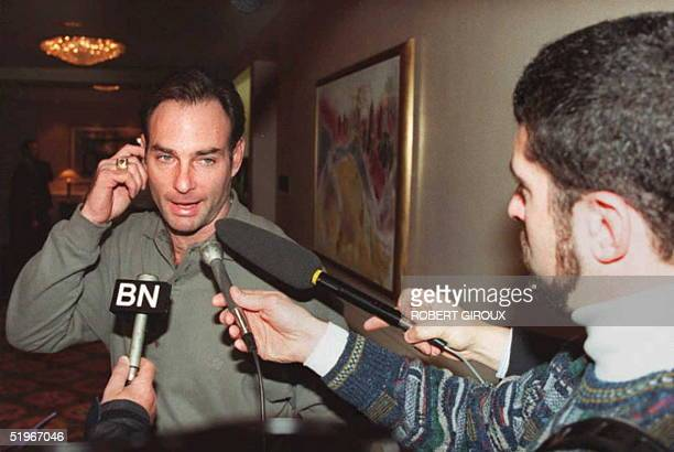 Paul Molitor of the Toronto Bluejays baseball team stops to talk to reporters at the Capitol Hilton Hotel in Washington, 19 December 1994, where...