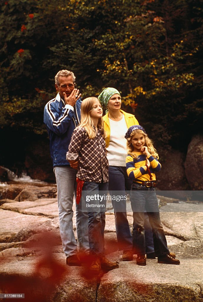 Paul Newman with Wife and Daughters : ニュース写真