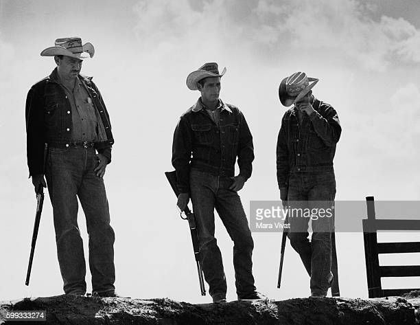 Paul Newman Brandon de Wilde and Melvyn Douglas carry rifles for a scene in the film Hud Near Claude Texas USA | Location near Claude Texas USA