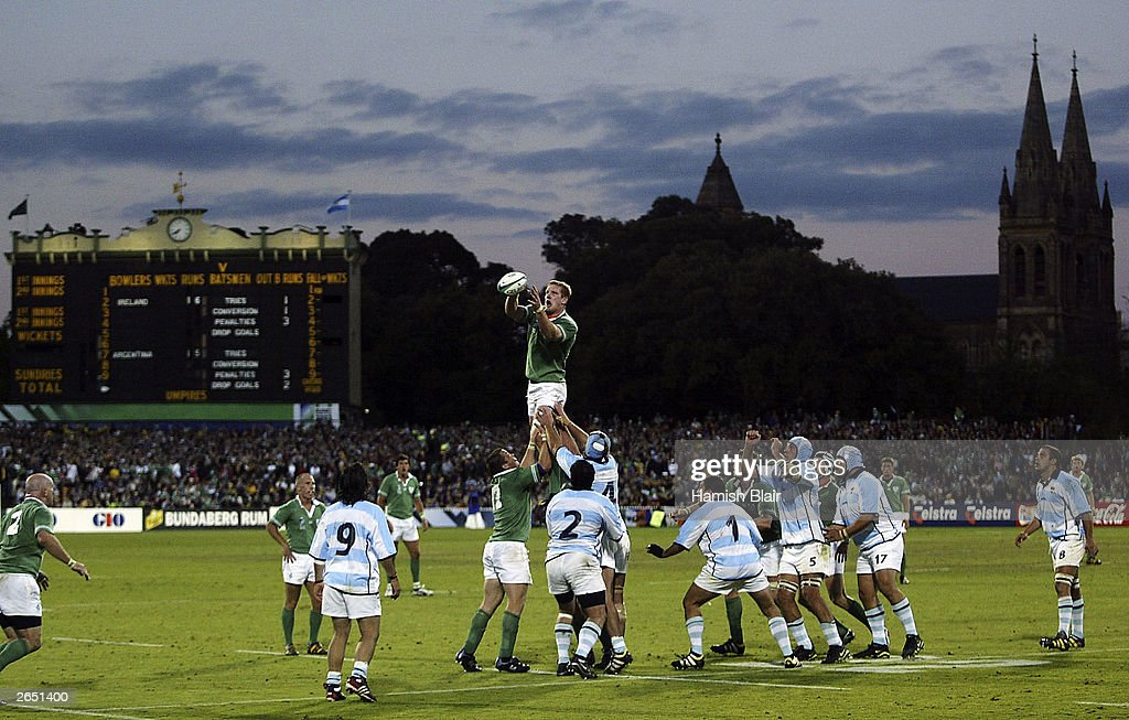 Paul O'Connell of Ireland wins a line out : News Photo
