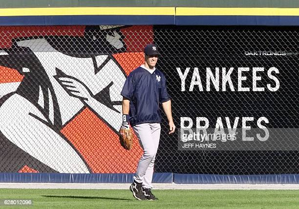 Paul O'Neill of the New York Yankees shags fly balls during their afternoon workout for the 1999 World Series 22 October 1999 at Turner Field in...