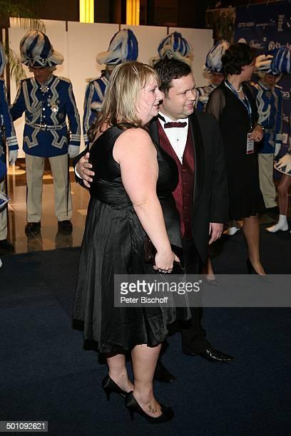 """Paul Potts , Ehefrau Julie-Ann Potts, vor Mitgliedern Düsseldorfer Karnevalsgesellschaft, Charity-Veranstaltung, 17. """"Unesco-Benefiz-Gala"""" 2009,..."""