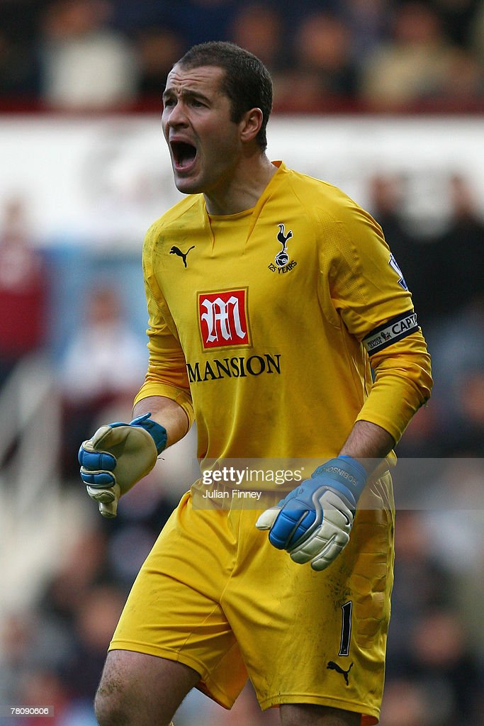 Paul Robinson, goalkeeper of Spurs shouts intructions during the Barclays Premier League match between West Ham United and Tottenham Hotspur at Upton Park on November 25, 2007 in London, England.