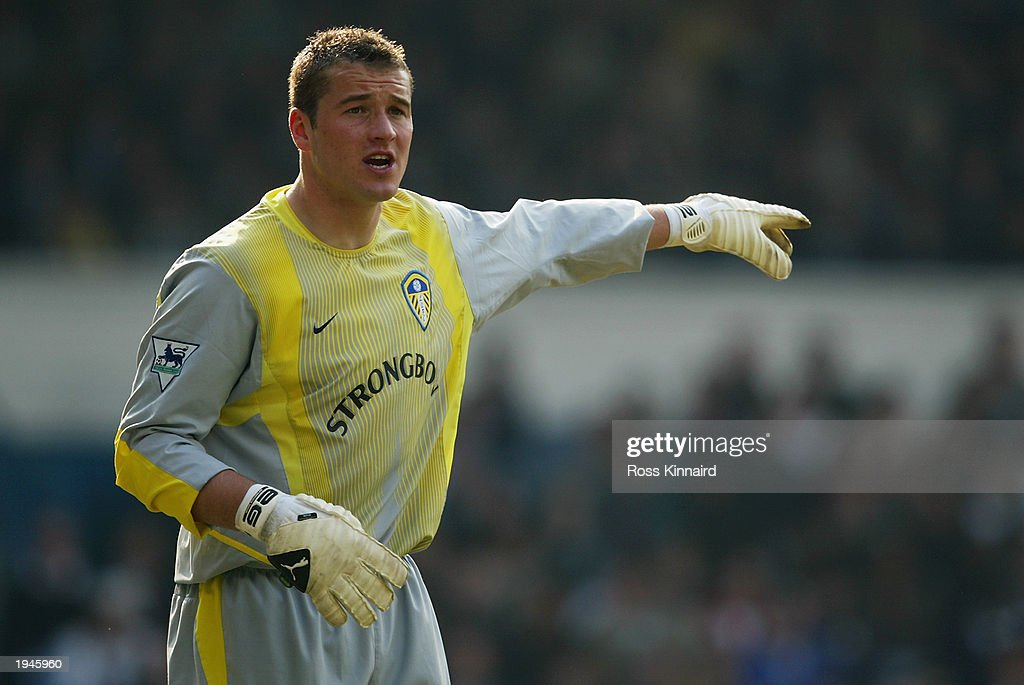 Paul Robinson of Leeds United signals to a team mate : News Photo