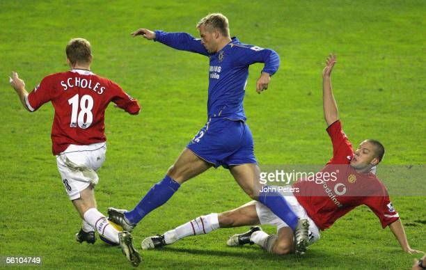 Paul Scholes and Alan Smith of Manchester United clash with Eidur Gudjohnsen of Chelsea during the Barclays Premiership match between Manchester...