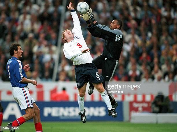 Paul Scholes Mittelfeldspieler der englischen FußballNationalmannschaft versucht im Zweikampf gegen den französischen Nationaltorwart Bernard Lama an...