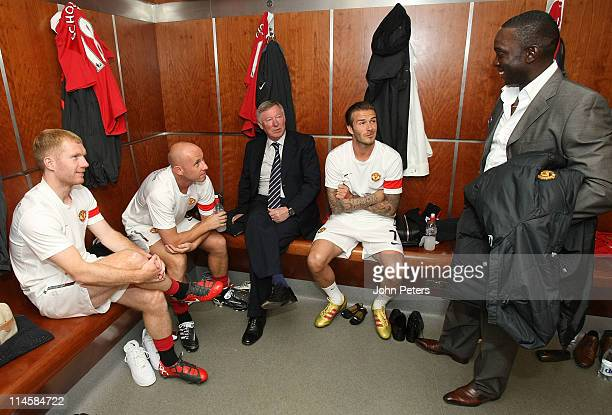 Paul Scholes Nicky Butt Sir Alex Ferguson and David Beckham of Manchester United talk with former player Dwight Yorke in the dressing room ahead of...