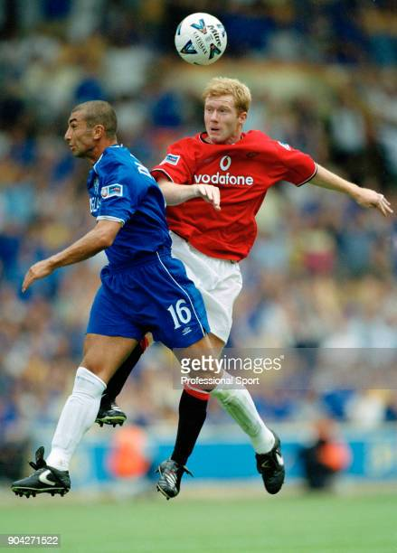 Paul Scholes of Manchester United and Roberto Di Matteo of Chelsea battle for the ball during the FA Charity Shield at Wembley Stadium on August 13...
