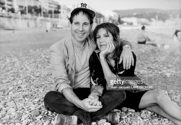 Paul Simon et son épouse l'actrice américaine Carrie Fisher sur la plage de Nice le 20 septembre 1983 France