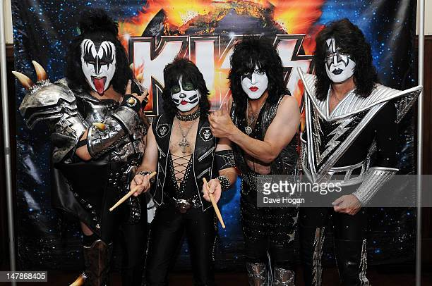 Paul Stanley Gene Simmons Eric Singer and Tommy Thayer of KISS pose with war veterans before they play in concert in aid of 'Help For Heroes' at The...