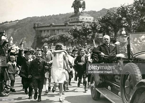 Paul von Hindenburg arrives in Koblenz Kids are cheering and waving Photography 1930 [Begeisterte Schuljugend laeuft neben dem Wagen des...
