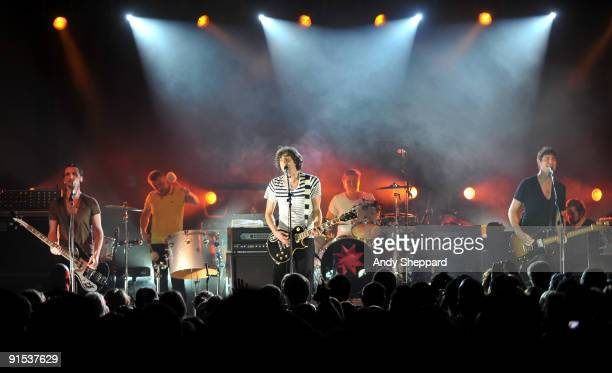 Paul Wilson Tom Simpson Gary Lightbody Jonny Quinn and Nathan Connolly of Snow Patrol perform on stage at Stubbs Ampitheatre on October 6 2009 in...