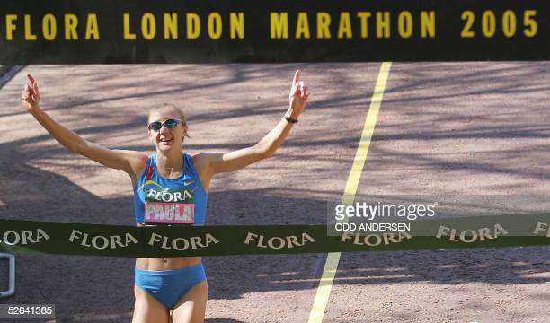 Paula Radcliffe of Great Britain crosses the finish line in front of Buckingham Palace 17 April 2005 to win the 25th London Marathon. AFP PHOTO / ODD...