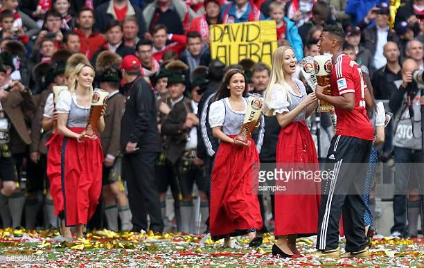Paulaner Paulas stehen mit Biergläsern parad 1 Bundesliga Fussball FC Bayern München FC Augsburg 30 Deutscher Fussball Meister 2013 Feierlichkeiten...