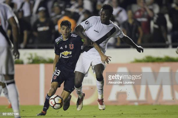 Paulao of Vasco da Gama struggles for the ball with Angelo Araos of Universidad de Chile during a Group Stage match between Vasco and Universidad de...