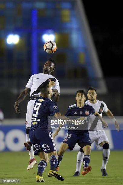 Paulao of Vasco da Gama struggles for the ball with Mauricio Pinilla of Universidad de Chile during a Group Stage match between Vasco and Universidad...