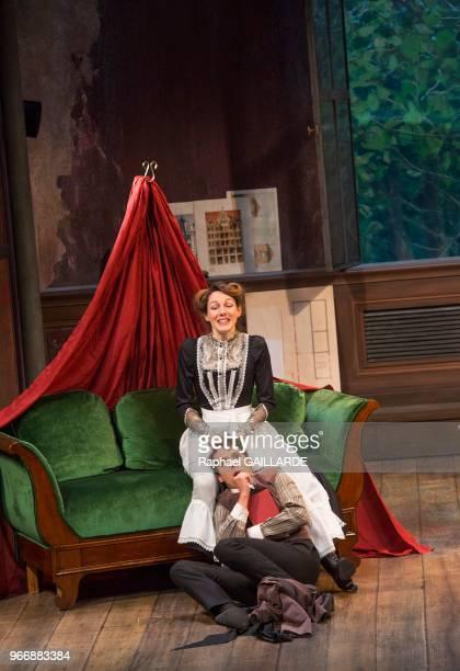 Pauline Clément et Julien Frison lors de l'interprétation de L'Hôtel du LibreÉchange de Georges Feydeau par la troupe de la ComédieFrançaise à la...