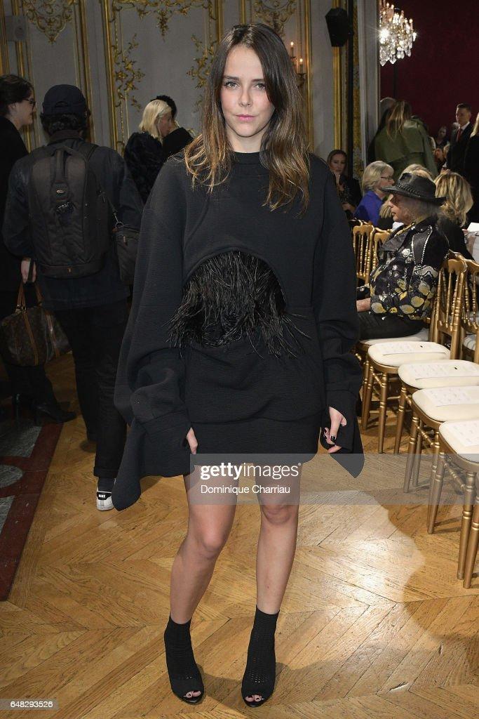 John Galliano : Front Row - Paris Fashion Week Womenswear Fall/Winter 2017/2018 : Nachrichtenfoto