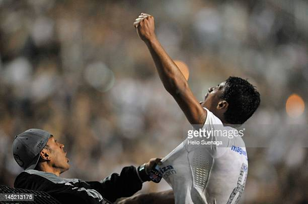 Paulinho of Corinthians celebrates after scoring against Vasco da Gama during a match between Corinthians and Vasco da Gama as part of the...