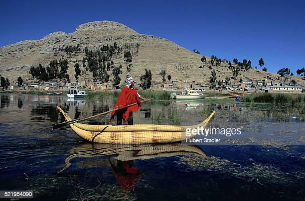 paulino esteban in a reed boat at surignui, lake titicaca - bolivien stock-fotos und bilder