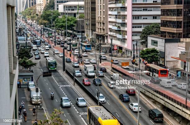 paulista avenue crowded with vehicles and passers-by - avenida - fotografias e filmes do acervo