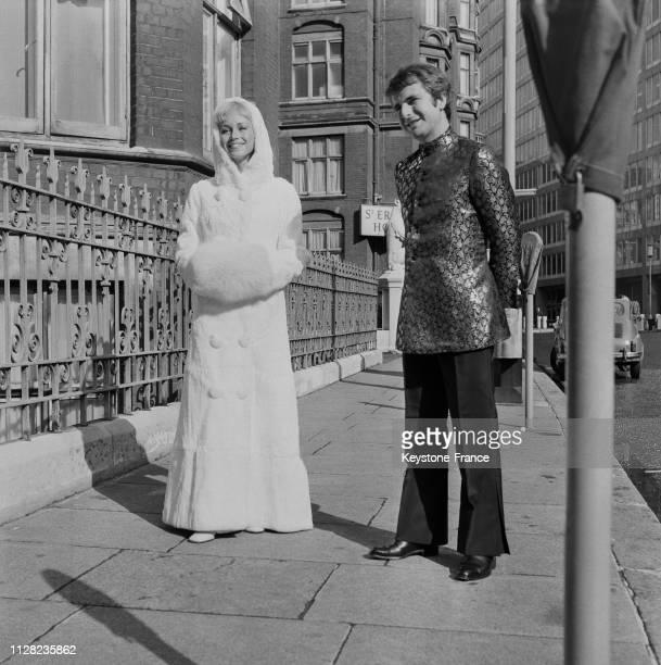 PaulLoup Sulitzer portant une veste 'hippie' en satin brodé et son épouse Lyne Chardonnet vêtue d'un manteau long blanc en fourrure à Londres...