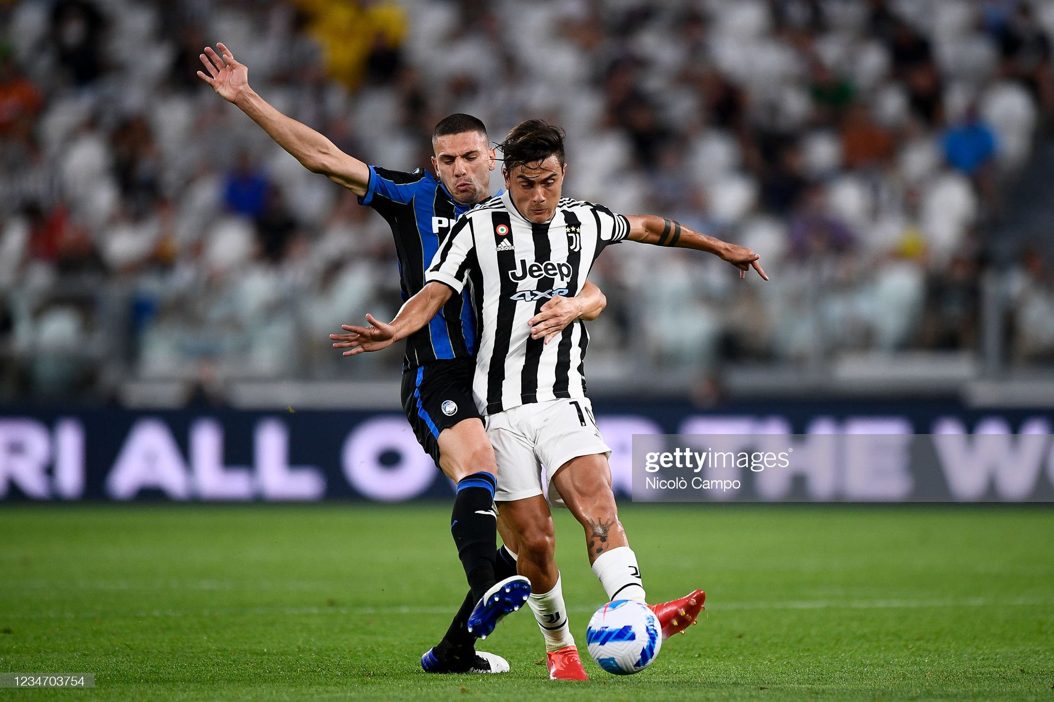 Paulo Dybala (R) of Juventus FC is challenged by Merih... : News Photo