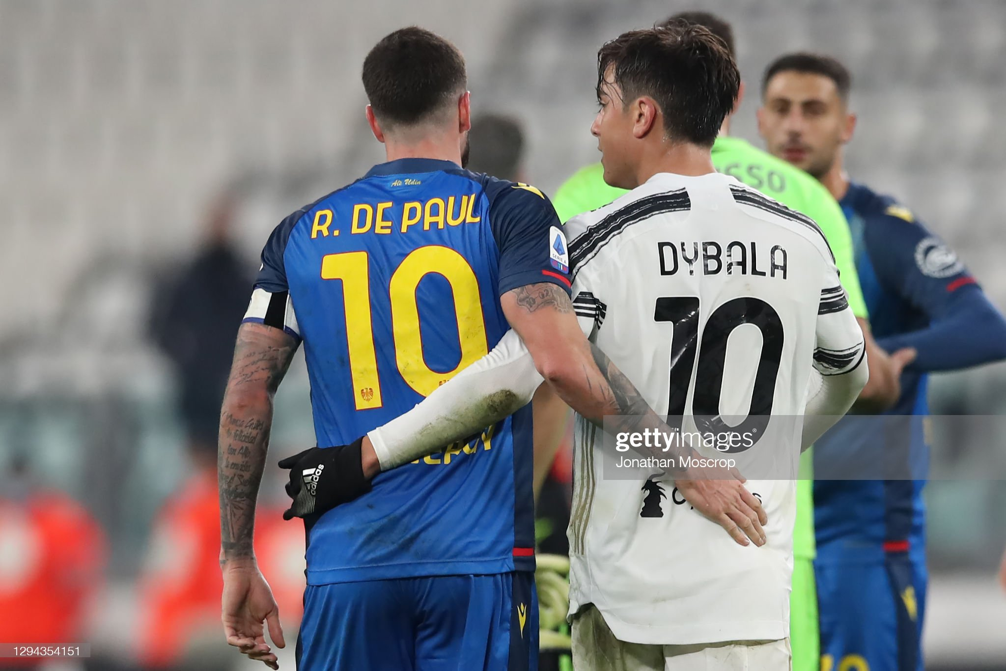 ¿Cuanto mide Rodrigo De Paul? Paulo-dybala-of-juventus-is-embraced-by-rodrigo-de-paul-of-udinese-picture-id1294354151?s=2048x2048