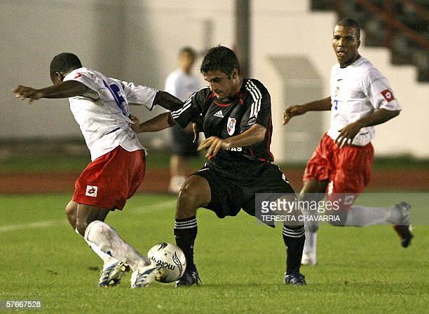 Paulo Ferrari de River Plate de Argentina disputa el balon con Ricardo Phillips de la Seleccion de Panama observados por Luis Henriquez durante un...