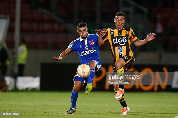 Paulo Magalhaes of Universidad de Chile fights for the ball with Pablo Escobar of The Strongest during a group 4 match between U de Chile and The...