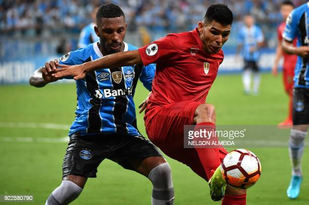 Paulo Miranda of Brazils Gremio vies for the ball with Silvio Romero of Argentina's Independiente during their Recopa Sudamericana 2018 second leg...