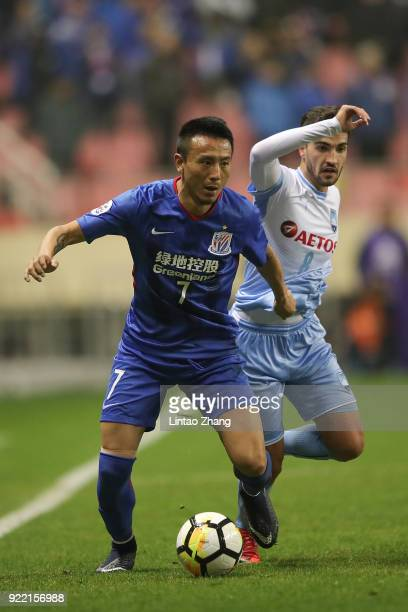 Paulo Retre of Sydney FC competes the ball with Mao Jianqing of Shanghai Shenhua FC during the AFC Champions League Group H match between Shanghai...