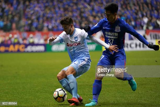 Paulo Retre of Sydney FC competes the ball with Sun Shilin of Shanghai Shenhua FC during the AFC Champions League Group H match between Shanghai...