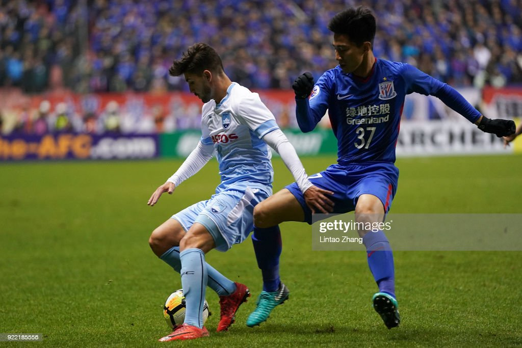 Paulo Retre of Sydney FC competes the ball with Sun Shilin of Shanghai Shenhua FC during the AFC Champions League Group H match between Shanghai Shenhua FC and Sydney FC at Hongkou Stadium on February 21, 2018 in Shanghai, China.