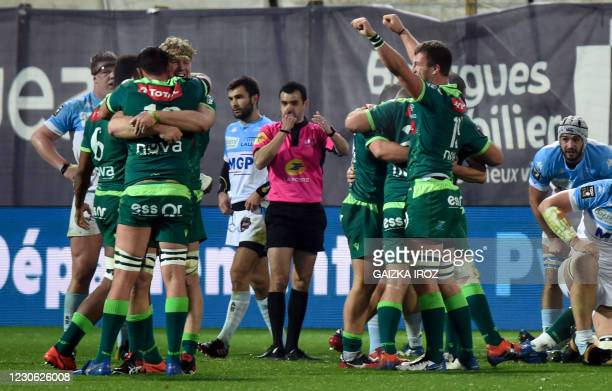 Pau's players celebrate after winning the French Top14 rugby union match between Aviron Bayonnais and Section Paloise at the Jean Dauger stadium in...