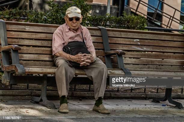 pause on the bench - vicente méndez fotografías e imágenes de stock