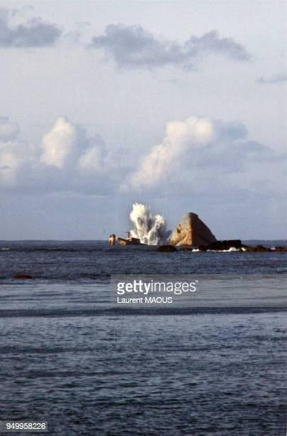 L'épave du pétrolier Amoco Cadiz entrain de se briser vue de la côte bretonne cinq mois après son naufrage en 1978 France