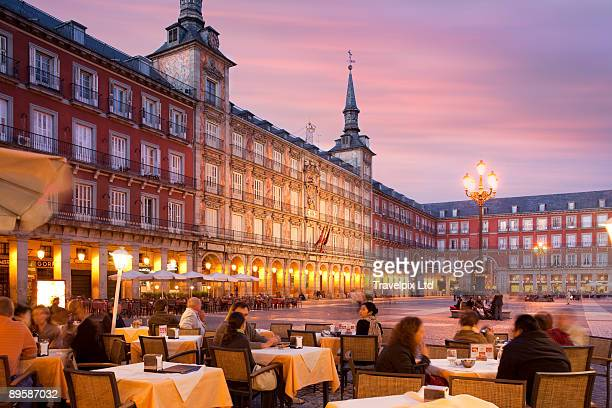 pavement cafes, plaza mayor - madrid stockfoto's en -beelden