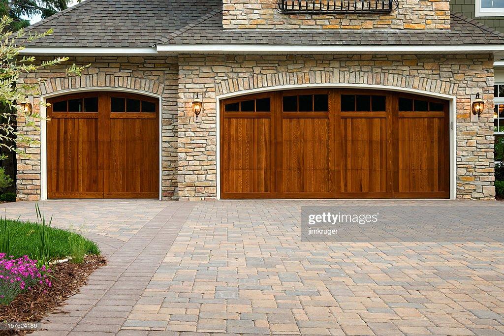Pavers 、特製ドア、石に高級住宅ます。 : ストックフォト