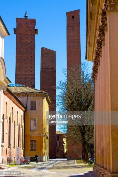 パヴィア、イタリア: 3 つの中世の塔、歩行者 - イタリア パヴィア ストックフォトと画像