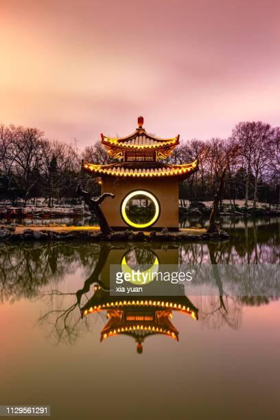 pavilion on slender west lake at dusk,yangzhou,china - yangzhou foto e immagini stock